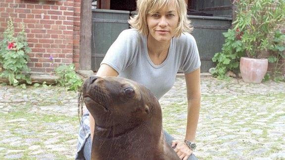 Ein ungewöhnliches Haustier: Anne (Gesine Cukrowski) mit ihrer Robbe William