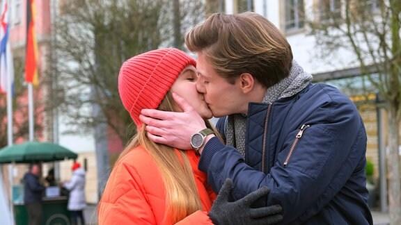 Sehr verliebt: Tanjas Tochter Lotte (Anne Sophie Triesch, l.) und Lenny (Richard Kreutz, r.).