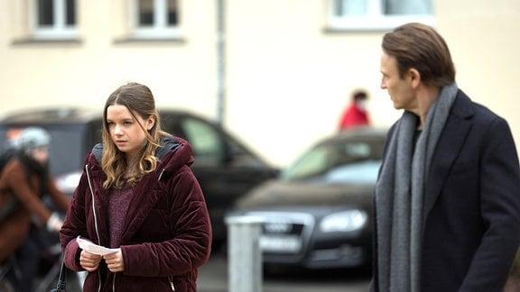 Dr. Martin Stein (Bernhard Bettermann) begegnet vor der Sachsenklinik Josie Bachler (Lilly Barshy).