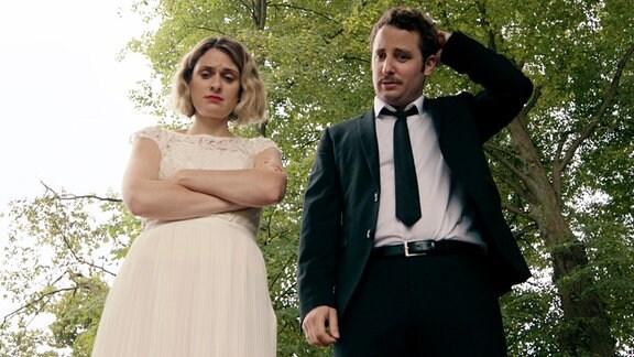 """""""Biest"""": Braut (Julia Bäcker) und Bräutigam (Bastian Reiber) sind ratlos. Weiteres Bildmaterial finden Sie unter www.br-foto.de."""