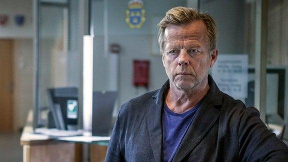Nach seiner Suspendierung kehrt Wallander (Krister Henriksson) in den Polizeidienst zurück.