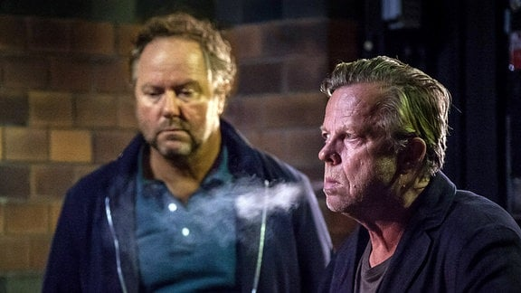 Martinsson (Douglas Johansson, links) zweifelt immer mehr an Wallander (Krister Henriksson).