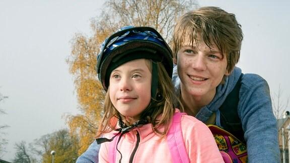 Das Geschwisterpaar auf dem Weg nach Hause. Ema (Hana Bartoňová) und ihr großer Bruder Darek (Tomáš Dalecký) sind ein eingespieltes Team.