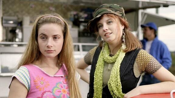 Paula (Maria Vogt,li) besucht Zora (Delia-Deborah Wagner), die ihrer Mutter in der Imbissbude hilft.