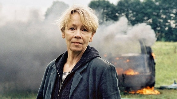 Hauptkommissarin Wanda Rosenbaum (Jutta Hoffmann) vor einem brennenden PkW.