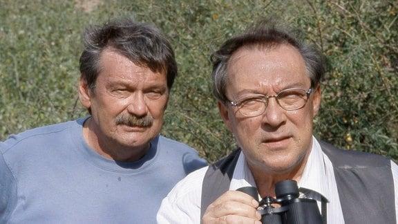 Die Kommissare Schmücke (Jaecki Schwarz, r.) und Schneider (Wolfgang Winkler) auf Beobachtungsposten.
