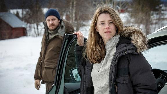 Rebecka Martinsson (Sascha Zacharias) und ihr Geliebter Krister (Jakob Öhrman) ermitteln zusammen.