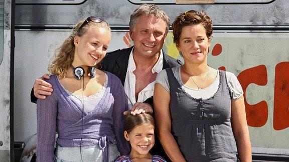 Felix (Bernhard Schir) präsentiert sich mit Frieda (Muriel Baumeister) und deren beiden Töchtern Lotte (Luise von Finckh, links) und Amy (Monique Schröder) als harmonische Familie – alles nur Fake?