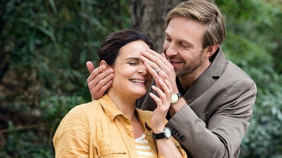Hannes Zoller überrascht Susanne Mertens im Leipziger Zoo. Susanne freut sich, fühlt sich aber auch ein wenig überrannt. Sie verspricht, zu Hannes' Konzert nach Berlin zu kommen.