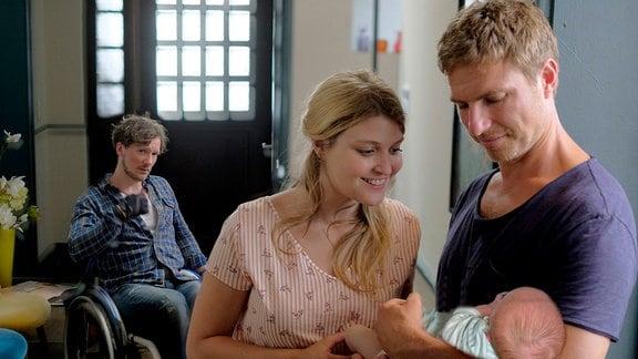 """Toni (Leo Reisinger) betreut seine jüngere Schwester Romy (Lara Mandoki) und ihren Freund """"Flocke"""" (Jacob Matschenz, hinten) als Hebamme."""