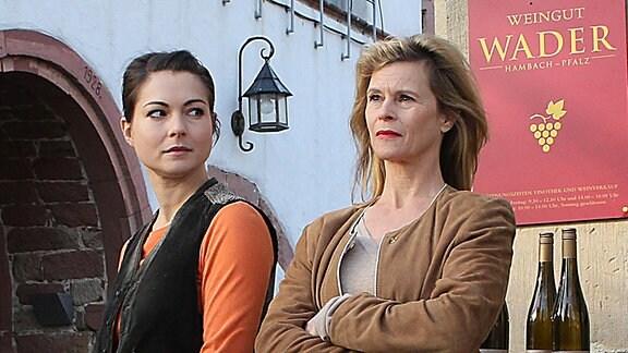 Mutter Käthe Wader (Leslie Malton, re.) und Tochter Anne (Henriette Richter-Röhl) haben unterschiedliche Vorstellungen über die Zukunft des Weingutes.