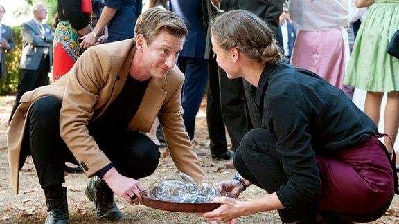 Der Musikmanager Vincent (Maxim Mehmet) verliebt sich in die Winzertochter Laura (Inez Bjørg David).