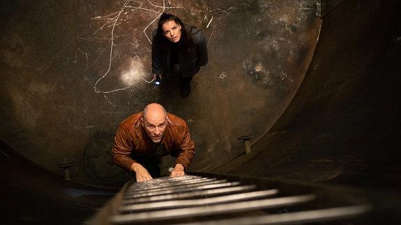 Viola (Yvonne Catterfeld) und Butsch (Götz Schubert) sind plötzlich im Leichenfundort eingesperrt: ein alter Kessel in der ehemaligen Hefe-Fabrik.
