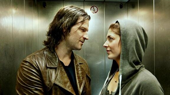 Zorn (Mišel Matičević, li.) und Malina (Katharina Nesytowa, re.) kommen sich im Fahrstuhl dezent näher.