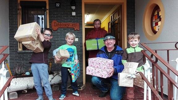 Kinder und Erwachsene mit Paketen, Gerat Robel/Gerat Róbl, towarstwo swjateje Filomeny.