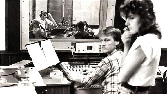 Eine schwarz-weiß Fotografie des Studio Bautzen, Blick von der Technik ins Studio