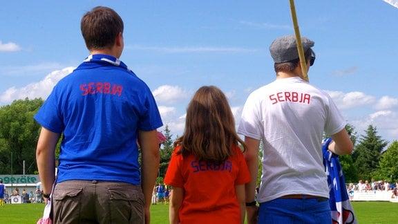 drei Sorbische Fans mit Sorben-Schriftzug auf dem Rücken