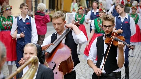 Die sorbischen Gruppen Sprjewjan und Schmerlitz beim Festumzug in Bautzen
