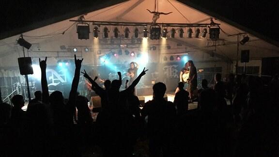 Musiker auf einer Bühne, Publikum