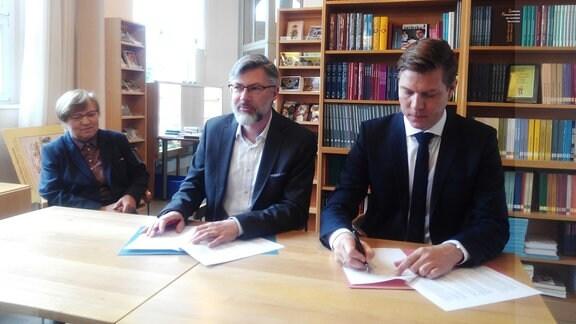 Syman Pětr Cyž podpisa zrěčenje w Smolerjec kniharni.