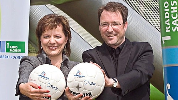 Bogna Koreng und Janek Schäfer mit jeweils einem Ball in der Hand