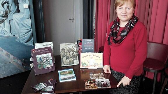 Jednaćelka Marka Maćijowa z wurězkom programa Ludoweho nakładnistwa Domowiny za knižne wiki w Lipsku