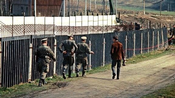 Ostzonale Truppeneinheiten bei der Errichtung einer Sperrmauer hinter dem alten Grenzzaun in dem von der innerdeutschen Grenze geteilten fränkischen Ort Mödlareuth im Landkreis Hof.