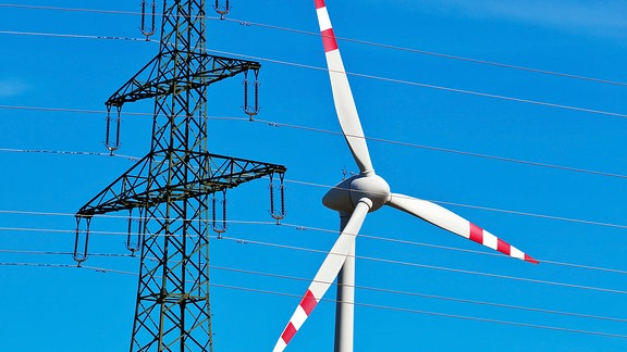 Windrad und Strommast