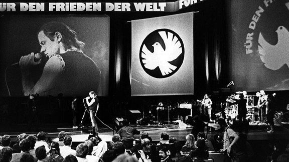 """23160664 Udo Lindenberg nimmt im Palast der Republik in Ostberlin an dem Friedenskonzert """"Für den Frieden der Welt - Weg mit dem NATO-Doppelbeschluss"""" teil."""