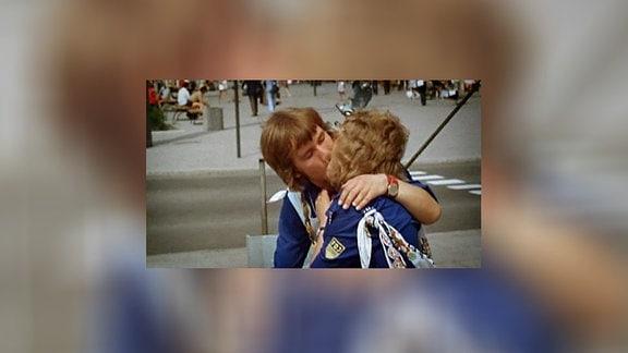 Zwei FDJler küssen sich