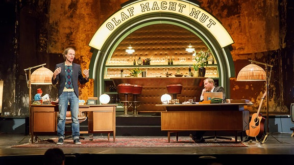 """Olaf Schubert zusammen mit Julius Fischerin der Show """"Olaf macht Mut"""""""