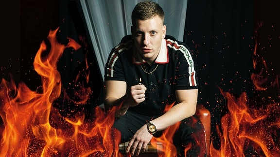 Felix Lobrecht hinter Flammen