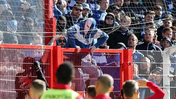 Fans vom 1. FC Magdeburg versuchen in den Innenraum zu kommen und sorgen dadurch für eine Spielunterbrechung