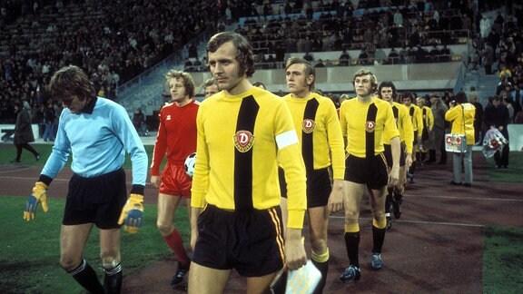 v.li.: Torwart Sepp Maier, Johnny Hansen (beide Bayern), Horst Rau, Eduard Geyer, Hartmut Schade (alle Dresden)