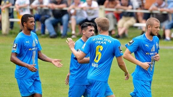 Glückwünsche an 0:1-Torschütze Ole Kaeuper (Defensives Mittelfeld Jena) (Mitte, Nr. 6.) im Thüringepokalspiel Schleiz gegen Jena (09.08.2019)