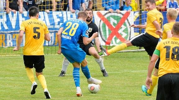 Kilian Pagliuca (Mittelstuermer Jena) (Mitte, Nr. 28.) erzielt das 0:2 im Thüringepokalspiel Schleiz gegen Jena (09.08.2019)