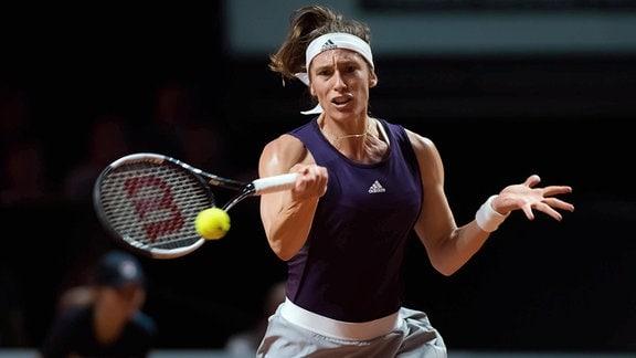 Andrea Petkovic spielt den Ball.