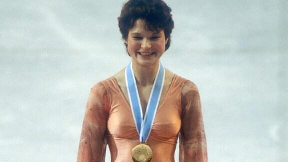 Olympiasiegerin Anett Pötzsch (DDR) während der Siegerehrung, 1980