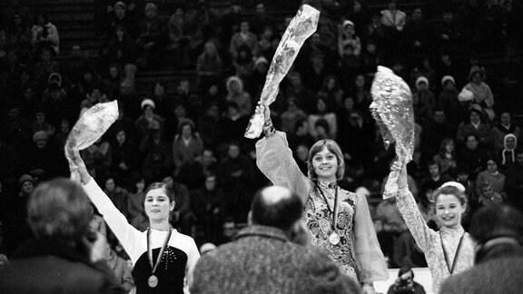 Siegerehrung DDR Meisterschaften 1973, v.li.: Christine Errath (SC Dynamo Berlin), Siegerin Sonja Morgenstern, Anett Pötzsch (beide SC Karl Marx Stadt / alle DDR)