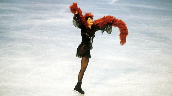 Anett Pötzsch auf dem Eis in einem farbenfrohen Kostüm bei den Olympischen Spielen am 24.02.1980.