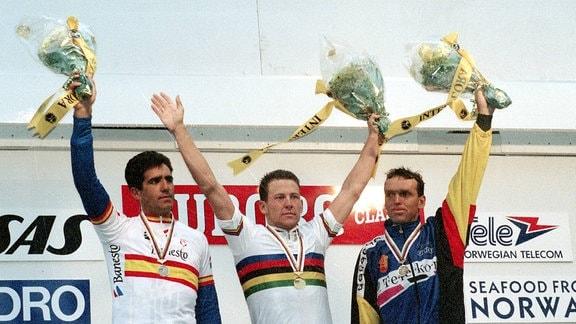 Siegerehrung v.li.: Miguel Indurain (Spanien / Platz 2), Weltmeister Lance Armstrong (USA) im Regenbogentrikot und Olaf Ludwig (Deutschland / Platz 3)