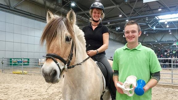 Bewegungspädagoge Tobias Rundnagel mit Reiterin Jana auf Rudi
