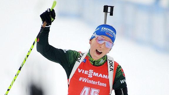 Franziska Preuß jubelt beim Zieleinlauf.