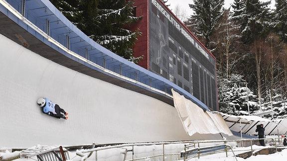 Ein Skeletonfahrer auf der Bobbahn in Altenberg