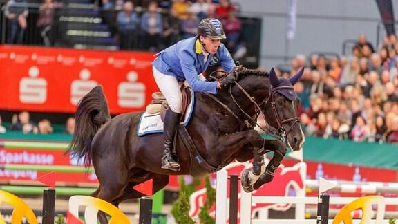 Christian Ahlmann auf einem Pferd bei Partner Pferd 2020