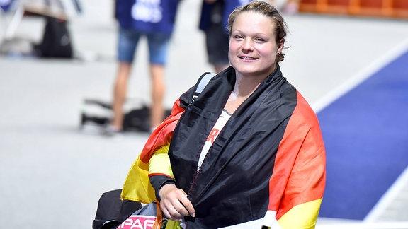 Christina Schwanitz mit umgehängter BRD-Flagge, nach dem Wettkampf im Stadion