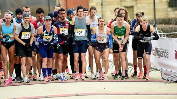 Läufer*Innen beim Start, darunter Simon Boch, 3. v.l.