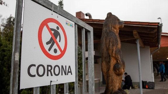 Schild zeigt durchgestrichenen Fußballspieler udn Schriftzug CORONA