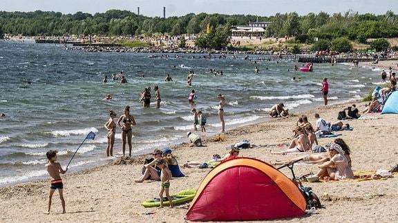 Menschen am Badestrand am Cospudener See