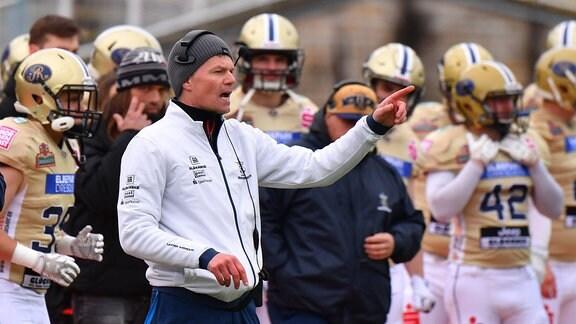 Monarchs-Headcoach Ulrich Däuber gestikuliert